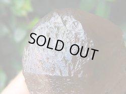 画像1: スカルドゥ産インターフェレンス&トライゴーニック付き水晶ポイント378.5g