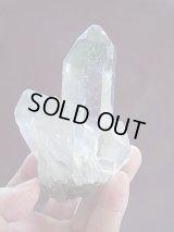キャビネットサイズ:スカルドゥ産ペネトレーター水晶(パイライト&クローライト付き)336.9g