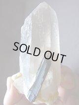 スカルドゥ産ブラックトルマリン付きライトスモーキー水晶356.1g